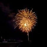 I fuochi d'artificio accendono il cielo Immagine Stock