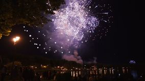 I fuochi d'artificio accendono il cielo con l'esposizione dell'abbagliamento archivi video