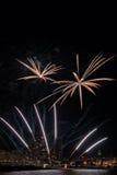 I fuochi d'artificio accendono il cielo con l'esposizione in Palamos, rimorchio dell'abbagliamento Fotografie Stock Libere da Diritti