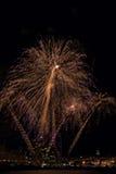 I fuochi d'artificio accendono il cielo con l'esposizione in Palamos, rimorchio dell'abbagliamento Immagini Stock Libere da Diritti