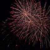 I fuochi d'artificio accendono il cielo con l'esposizione in Palamos, rimorchio dell'abbagliamento Fotografie Stock