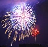 I fuochi d'artificio annunciano che il quarto delle celebrazioni di luglio ha cominciato Immagine Stock