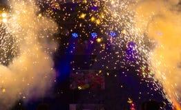 I fuochi d'artificio astratti scintilla con il fondo vuoto dello spazio Fotografia Stock