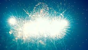 I fuochi d'artificio Colourful stanno ottenendo hanno visualizzato nel cielo archivi video