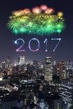 I fuochi d'artificio da 2017 buoni anni sopra paesaggio urbano di Tokyo alla notte, Jap Immagine Stock