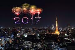 I fuochi d'artificio da 2017 buoni anni sopra paesaggio urbano di Tokyo alla notte, Jap Immagini Stock