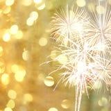 I fuochi d'artificio del nuovo anno sul fondo dorato del bokeh ed hanno spac della copia Immagine Stock Libera da Diritti