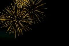 I fuochi d'artificio dorati rasentano i precedenti neri del cielo con il copyspa Immagini Stock
