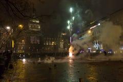 I fuochi d'artificio e le celebrazioni di 2015 nuovi anni al quadrato di Wenceslas, Praga Immagini Stock