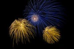 I fuochi d'artificio esplodono brillare con i risultati dell'abbagliamento Fotografia Stock Libera da Diritti