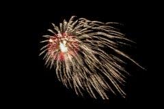 I fuochi d'artificio esplodono brillare con i risultati dell'abbagliamento Immagini Stock