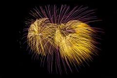 I fuochi d'artificio esplodono brillare con i risultati dell'abbagliamento Fotografia Stock