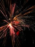 I fuochi d'artificio esplodono nel cielo notturno immagine stock libera da diritti