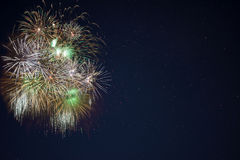 I fuochi d'artificio gialli verdi dorati hanno individuato la parte di sinistra Fotografie Stock