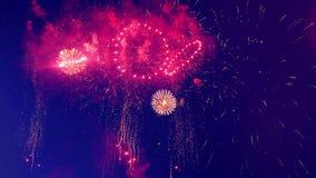 I fuochi d'artificio luminosi stanno interrompendo l'oscurità stock footage