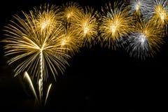 I fuochi d'artificio si accendono sulla notte del fondo nero del cielo immagine stock libera da diritti