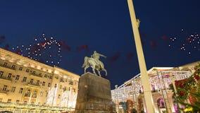 I fuochi d'artificio sopra il centro urbano di Mosca su Tverskaya quadrano Yury Dolgoruky Monument, Russia stock footage