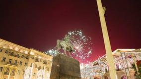 I fuochi d'artificio sopra il centro urbano di Mosca su Tverskaya quadrano Yury Dolgoruky Monument, Russia con lo zoom stock footage