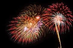 I fuochi d'artificio variopinti accendono il cielo Fotografie Stock