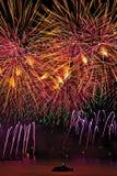 I fuochi d'artificio visualizzano con il cielo giallo e rosa sopra Ginevra fotografie stock libere da diritti