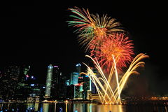 I fuochi d'artificio visualizzano durante la parata di festa nazionale (NDP) 2013 Immagini Stock