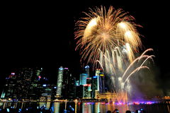 I fuochi d'artificio visualizzano durante la parata di festa nazionale (NDP) 2013 Fotografia Stock