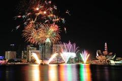 I fuochi d'artificio visualizzano durante la ripetizione 2013 di parata di festa nazionale (NDP) Immagini Stock