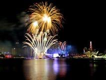 I fuochi d'artificio visualizzano durante la ripetizione 2013 di parata di festa nazionale (NDP) Fotografia Stock