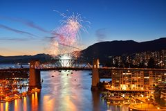 I fuochi d'artificio visualizzano ed il ponte di Burrard Fotografia Stock