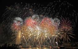 I fuochi d'artificio visualizzano nei colori spettacolari sopra il lago Lemano Svizzera fotografia stock libera da diritti