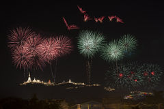 I fuochi d'artificio visualizzano sopra il Phara Nakhon Khiri Festival #30, Fotografia Stock