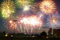 I fuochi d'artificio visualizzano in una cittadina Fotografia Stock