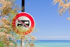 I furgoni di campeggiatore proibiti firmano dal mare Fotografia Stock