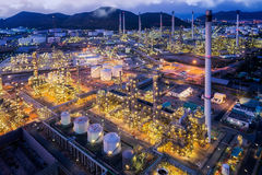 I głąbik rafinerii ropy naftowej roślina od ptasiego oka widoku na nocy Zdjęcie Royalty Free