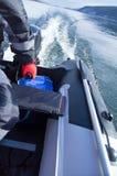 I galleggianti dell'imbarcazione a motore si scolano il fiume Resto, pesca, viaggio Fotografia Stock