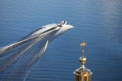 I galleggianti della barca sul lago di estate Golden Dome ed incrocio fotografia stock