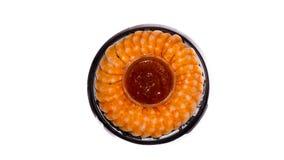 I gamberetti con salsa sopra plateisolated su fondo bianco Frutti di mare Immagine Stock