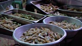 I gamberetti freschi sono venduti in una finestra di deposito aperta sul mercato di strada Egypt archivi video
