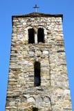 i gammalt abstrakt begrepp för barzola in och kyrkligt torn sätta en klocka på den soliga dagen Fotografering för Bildbyråer