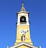 i gammalt abstrakt begrepp för cislago klockan su för vägg och för kyrkligt torn Arkivfoton