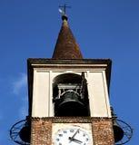 I gammalt abstrakt begrepp och dag M för mozzate för klocka för kyrkligt torn solig Royaltyfri Foto