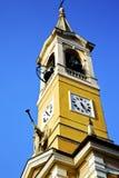 I gammalt och kyrkligt torn för cislago sätta en klocka på den soliga dagen Royaltyfri Fotografi