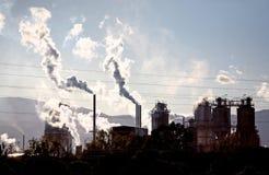 I gas cuociono a vapore e fumano la venuta dal luogo industriale Fotografia Stock