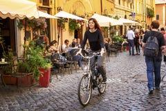 I gatorna av Roma Italia royaltyfria foton