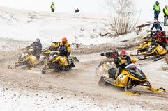 I gatti delle nevi si muove sulla curvatura della pista di sport Immagine Stock Libera da Diritti
