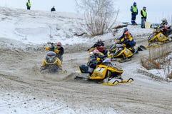 I gatti delle nevi si muove sulla curvatura della pista di sport Fotografia Stock Libera da Diritti