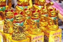 I gatti fortunati di fortuna ad un mercato di Hong Kong si bloccano Immagini Stock