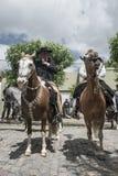 I gauchi tradizionali si dilettano lo Spagnolo - Fiesta de la Tradicion dentro Fotografia Stock
