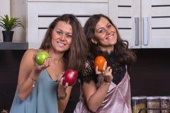 I gemelli felici si chiudono sul ritratto nella cucina su fondo Fotografie Stock