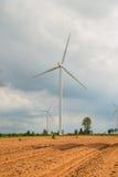 I generatori eolici generano l'elettricità al campo tutta la piantagione dell'agricoltura Immagini Stock Libere da Diritti